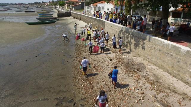 Limpeza da praia de Conceição de salinas.